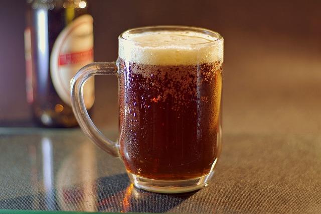 Copo de cerveja com sujeira